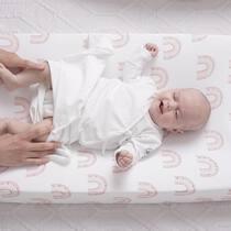 Bebé dormido y de repente te das cuenta de que le tienes que cambiar el pañal 😅😅! No te preocupes, con nuestro pijama anudado ni se enterará! . #petitemarmotte #cunanido #dreamscometrue #pijamaanudado #primerapuesta #canastilla