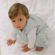 Para estos meses, el pijama manta TOG 1,5 es ideal! Por debajo, un pijamita o un body y por encima nada más! Asegúrate que duermen calentitos toda la noche 🥰. Ah, los pies se pueden meter también por dentro 😉 pero así los podéis llevar también con zapatillas de estar por casa y duran más tiempo! . #petitemarmotte #pijamamanta #pijamaentretiempo #tog1,5 #regalobebe #algodonorganico