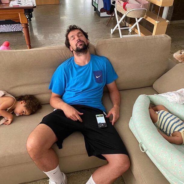 @23llull durmiendo la siesta con sus dos pequeñas 🥰. Nos ha hecho una ilusión tremenda descubrir esta fotaza! Gracias Sergio por dejarnos compartirla! Un campeón necesita siestas reparadoras y nos alegra ver que nuestro nido contribuye a ello 🥰. . #petitemarmotte #nidobebe #cunaportatil #nidocolecho #algodonorganico #siesta #bebes #babynest #minicuna #regalobebe