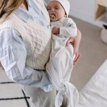 Ñam ñam, bebés comestibles y muy cómodos con nuestros pijamas anudados. Ventajas: siempre aciertas con la talla y facilita infinitamente el cambio de pañal.  . #petitemarmotte #pijamaanudado #primerapuesta #canastillabebe #regalobebe #algodonorganico #babyshower
