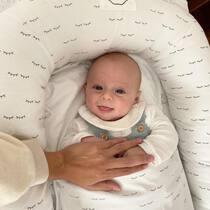 Nido de ojitos + saco 4 estaciones + los padres bien cerquita = combinación perfecta para dormir como una marmota! . #petitemarmotte #cunanido #nidopetitemarmotte #nidobebe #minicuna #nidocolecho #colechoseguro #regalobebe #embarazada