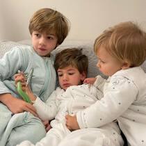 3 niños con caras de dormidos y 3 tallas de pijama manta. 1-3 años, 3-6 años y 6-8 años. 100% algodón orgánico, transpirable y calentito. Sin duda, lo amortizarás! . #petitemarmotte #pijamamanta #dreamscometrue #sacodedormir #algodonorganico