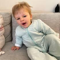 Cuando eres una marmota muy dormilona pasa esto...te despiertas con pelos de loco y aún bostezando 😅. Feliz domingo! . #petitemarmotte #pijamamanta #algodonorganico #regalobebe