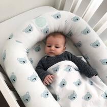 Una regla de oro para que tu bebé duerma bien es crear rutinas, también a la hora de dormir las siestas. El sueño diurno afecta mucho al a nocturno y a partir de los 4 meses lo mejor es hacer las siestas a oscuras. No os agobies si en navidades tiramos más de dormirlos en el carrito o no somos tan rígidos con los horarios, lo importante es saber luego volver a nuestras rutinas para evitar que les afecte. . #petitemarmotte #cunanido #nidobebe #nidocolecho #colechoseguro #minicuna #cunadeviaje #siestasdelbebe #algodonorganico