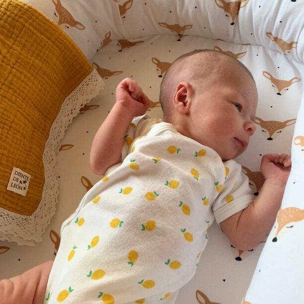 Nuestro punto de algodón orgánico es tan suave que cuando lo pruebes no querrás otra cosa para tu bebé 😊. Además el nido es totalmente desenfundable y fácil de lavar, podéis meter incluso el colchón en la lavadora 👏. . Gracias por la foto @mahuvi85 😘😘 . #petitemarmotte #cunanido #nidobebe #babynest #cunadeviaje #cunacolecho #colechoseguro #dreamscometrue #siesta