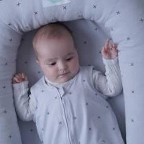 Sabéis cuáles son algunos de los signos de cansancio de los bebés?? Aquí van algunos:  mirada fija, cejas rojas, ojos cansados...Si empiezan a bostezar, tocarse las orejas o rascarse los ojos es señal de que los debemos poner a dormir ya o estarán demasiado cansados para conciliar el sueño tranquilos. . Nido grey + saco de dormir grey 🥰. . #petitemarmotte #cunanido #nidobebe #nidocolecho #babyshower #regalobebe #canastilla