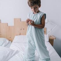 Mangas extraíbles y piernas ajustables, para que les dure muuuuucho tiempo. La pierna es muy larga, para tener la opción de meter el pie por dentro (si no queréis ponerle un calcetín). Nuestro modelo tiene casi 4 años y lleva talla 3-6 años. . #petitemarmotte #pijamamanta #algodonorganico #adormir