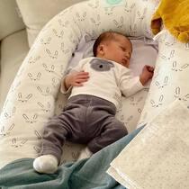 Parece que al peque de @helenalardies le encanta dormir la siesta en su nidito! Gracias por etiquetarnos en vuestras fotos,  no hay mejor recompensa que ver a vuestros bebés plácidamente dormiditos 🥰. . #petitemarmotte #cunanido #nidobebe #babynest #algodonorganico #colechoseguro #siestas #regalobebe