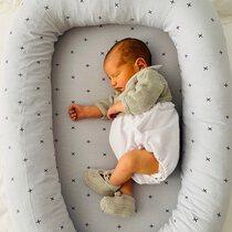 Su primera camita 🥰🥰. Gracias @trotitroti por esta fotaza!! Cuando nos quedamos embarazadas parece que necesitamos mil cosas para el bebé y luego te das cuenta que es mejor poco y bueno 😊. . #petitemarmotte #cunanido #nidobebe #babynest #reductordecuna #cunaportatil #reciennacido #babyshower
