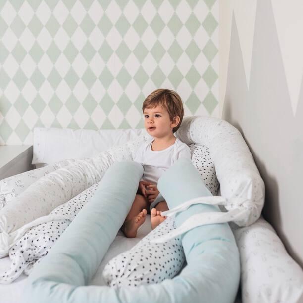 Convierte el rulo del nido en cojín protector y ayudarás a tu bebé en la transición de la cuna a la cama. Tenemos muchos estampados disponibles! Hay que amortizar las cosas 😉 y nos encanta poder alargar el uso del nido!  . #petitemarmotte #cojinprotector #algodonorganico #cunanido #desenfundable #hechoenespaña