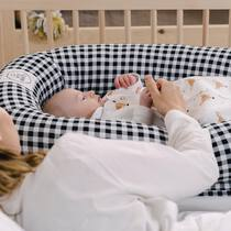 Uno de los problemas de las cunas de colecho es que el bebé acaba buscando la forma de acabar en tu cama 😂 y eso os agobia a muchos porque os da miedo aplastarlo o que le caiga algo en la carita... colocando el nido dentro de la cunita problema solucionado. Seguimos durmiendo cerca pero cada uno tiene su espacio ☺️. . #petitemarmotte #cunanido #nidobebe #cunacolecho #minicuna #regalobebe #babyshower #algodonorganico #colechoseguro #embarazada #maternidad #mum